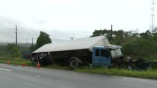 Caminhão tomba na BR-101 após motorista perder controle da direção, na Paraíba