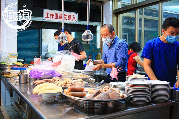鹽埕在地小吃名店,新鮮小菜任你挑選,乾麵+骨仔肉湯人間美味-阿進切仔麵