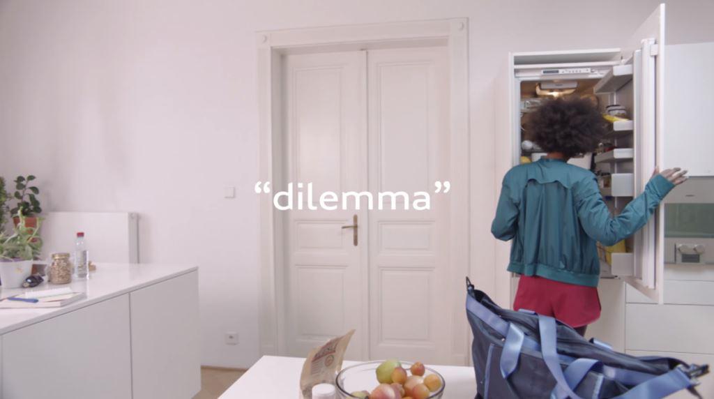 Modella Benetton 'Dilemma' con Foto - Testimonial Spot Pubblicitario Benetton 2016