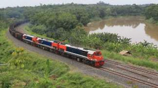 Kereta Api Babaranjang (Batubara Rangkaian Panjang) feat CC202 Triple Traksi melintasi tepian Sungai Lematang, Penanggiran, Muara Enim, Sumatera Selatan