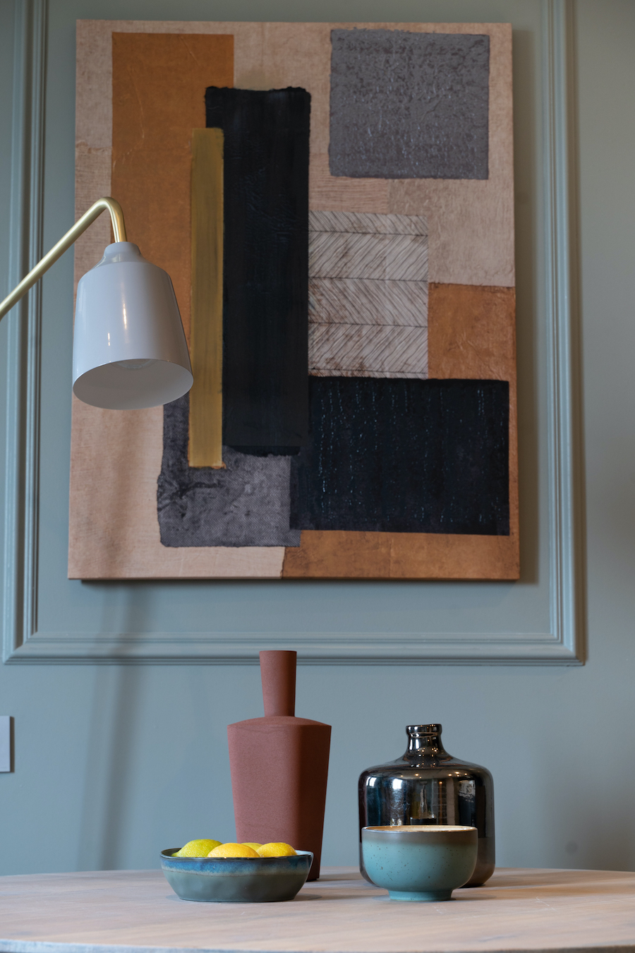 Detalle de la pared pintada de azul verdoso con molduras de escayola.