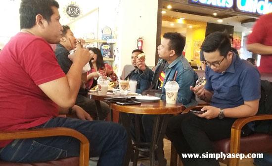 SANTAI :  Seperti inilah saat berlangsungnya acara Coffee Morning Astra Motor Pontianak bersama jurnalis dan Blogger di JCO Ahma Yani Mall Sabtu (6/6). Santai dan penuh keceriaan Foto Asep Haryono
