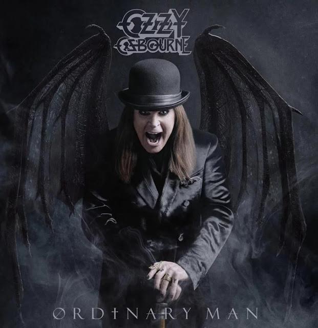 """Capa do álbum """"Ordinary Man"""": O Principe Das Trevas, Ozzy Osbourne, gritando usando roupas pretas e um chapel côco, segurando uma bengala estilosa e com asas de morcego saindo das costas"""