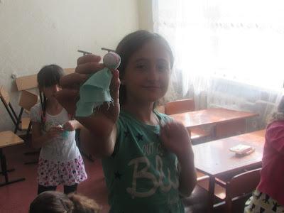 6d0e02d57c5e92 Діти з задоволенням поринули у світ етнічного побуту та виготовили мотанку- оберіг.