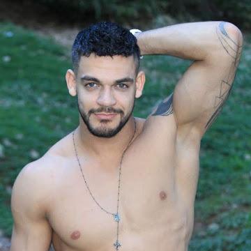 Caique Aguiar fala sobre cantadas masculinas e o desejo de atuar em novelas