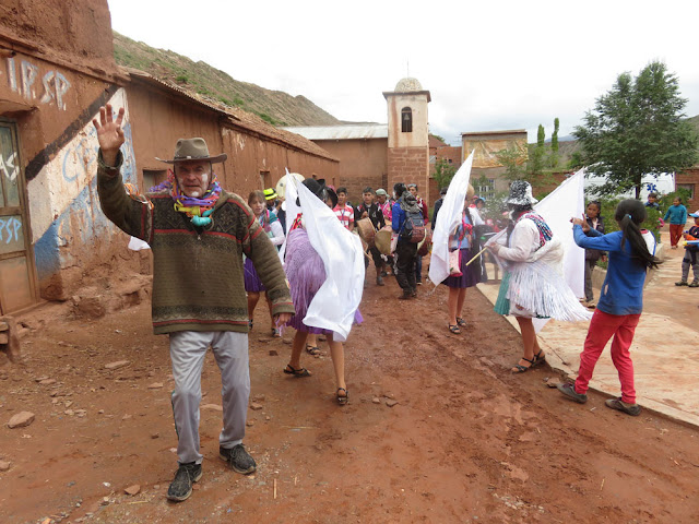 die weißen Fahnen zu Ehren der Pachamama