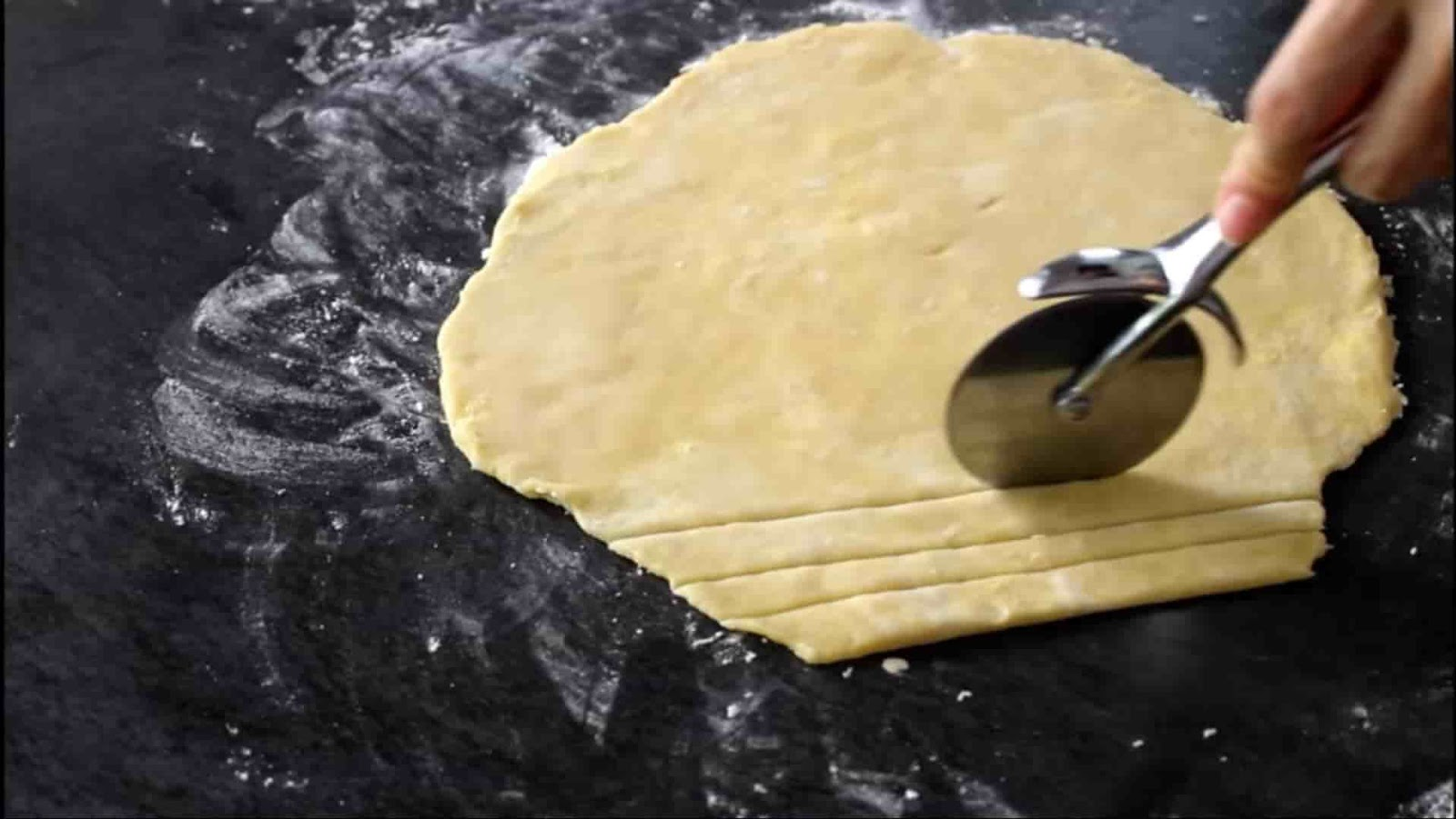 cutting+dough+with+pizza+cutter