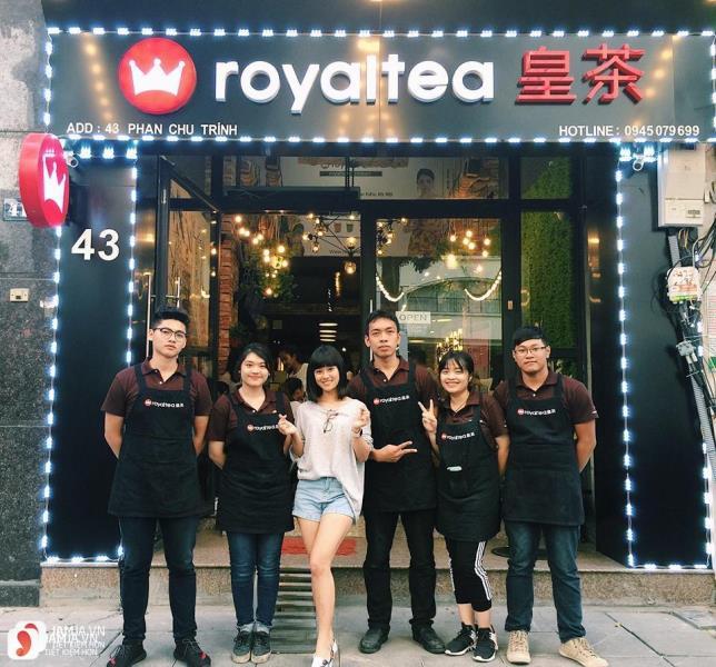 Bộ đồng phục áo thun nâu và tạp dề đen quán trà sữa Royaltea