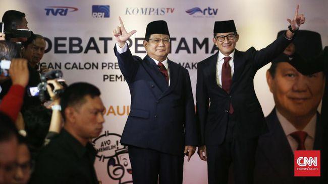 Gaya Prabowo-Sandi Bawa Map dan Catatan di Debat Perdana