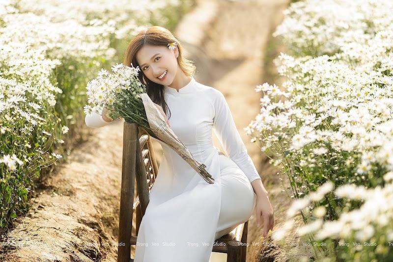Ngắm hot Girl Thu Hương xinh đẹp như hoa trong tà áo dài trắng bên cúc họa mi