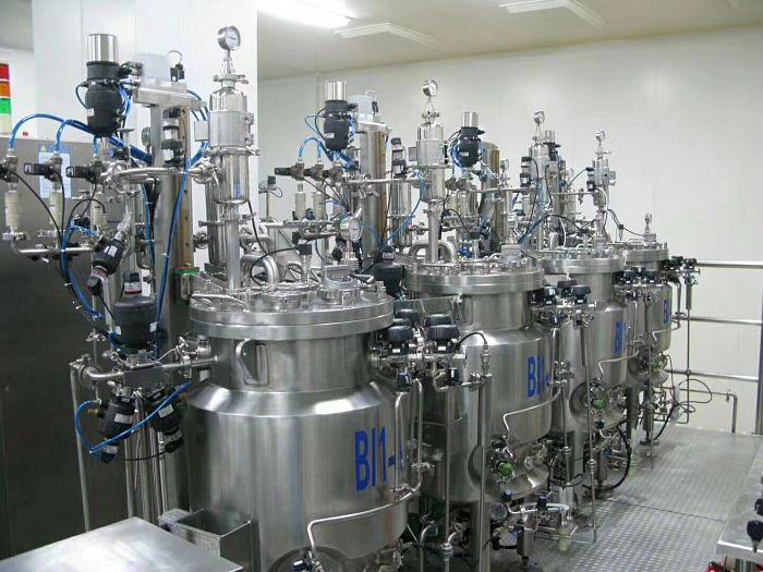Reactores químicos en planta industrial
