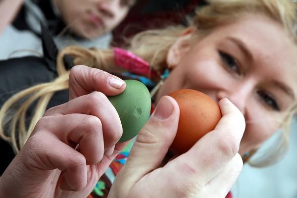 Девушка играет с яичками фото