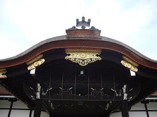 particolare del tetto della porta