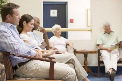 sala llena de pacientes