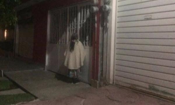 Familia deja a abuelita afuera de su casa toda la noche en Ecatepec