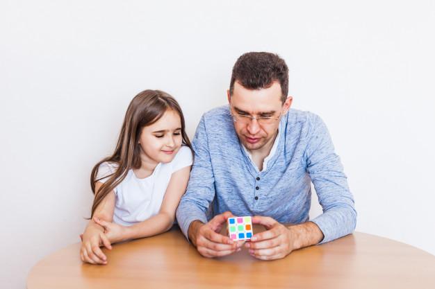 mengajari anak cara bermain dan menyelesaikan rubik