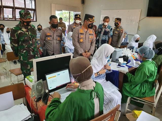 TNI Polri Balikpapan Berikan Layanan Vaksin Untuk Pelajar di SMAN 5 Balikpapan
