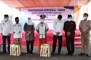 Gubernur Khofifah Serahkan Sertifikat Tanah ke Pengungsi Eks Syiah Sampang
