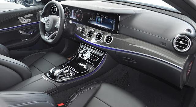 Bảng taplo Mercedes E300 AMG 2017 được ốp sợi kim loại trải dài trên bề mặt Taplo và 2 bên cửa