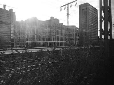 Bahnhofausfahrt mit diversen Neubauten im Gegenlicht