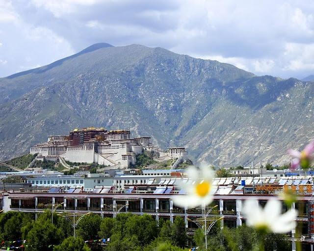 Đứng từ bất kỳ đâu trong thành phố Lhasa, du khách cũng có thể ngắm nhìn cung điện Potala được xây dựng bằng gỗ, đá nổi bật theo lối kiến trúc Phật giáo Tây Tạng, Trung Quốc, Ấn Độ và Nepal. Đến thăm cung điện Potala, bạn sẽ lần lượt được tham quan 3 công trình kiến trúc nổi bật tại đây gồm: cung điện mùa đông Potala, đền Jokhan và cung điện mùa hè Norbulingka.