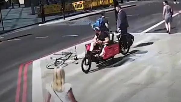 Ποδηλάτης πήγε να πατήσει πεζό που πέρασε με κόκκινο και στη συνέχεια του έριξε μια κουτουλιά(Video)