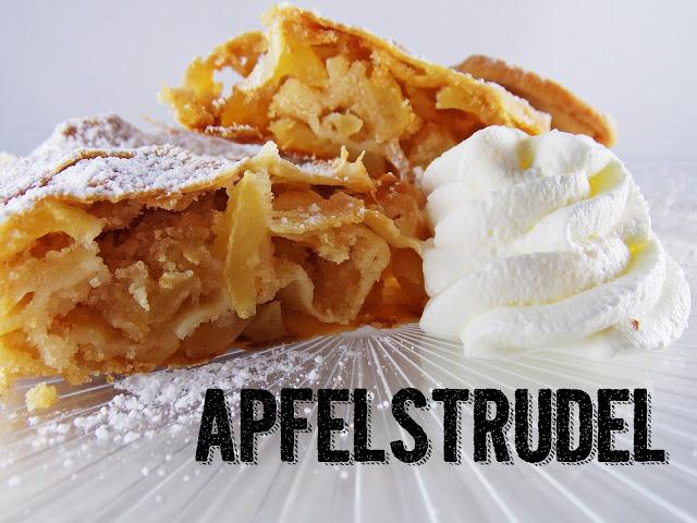 Zwei Stücke österreichischer Apfelstrudel mit Sahne