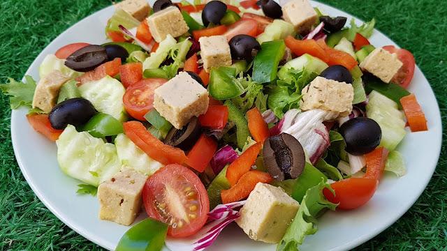 Ensalada griega vegana con queso feta casero vegano