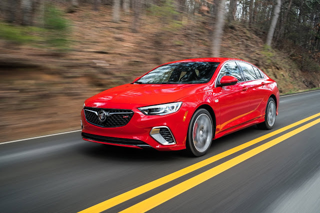 Front 3/4 view of 2019 Buick Regal GS AWD
