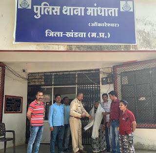आरक्षण का मोबाइल  ओकारेश्वर की वृद्धा  ने लौटाया  पुलिस ने किया सम्मान