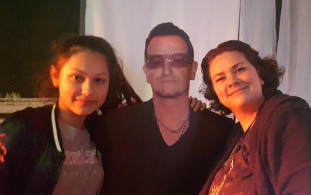 Bono als Pappaussteller Partydeko Mottoparty Rockstar