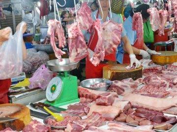Liên tục rớt giá, thịt lợn ở chợ vẫn ế khách