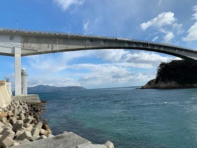 灯台・橋・対岸の崖