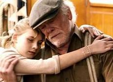 Bild von einem Opa mit seiner Enkelin im Arm