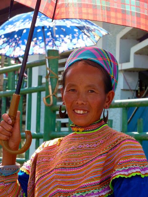 Mujer etnia Mong Flor en Bac Ha