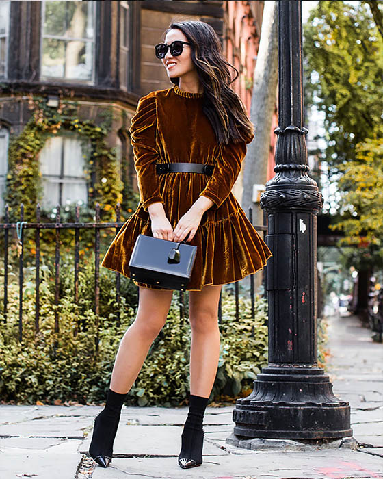 vestido de pana corto café con sock boots negras
