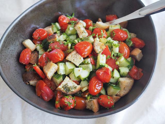 panzanella-salaatti paahdetuista tomaateista