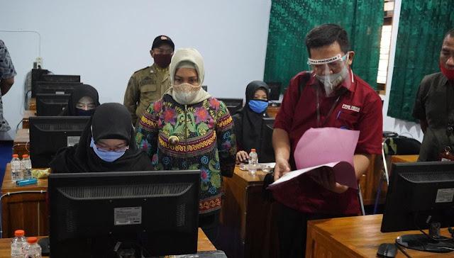 """Mojokerto -  Wali Kota Mojokerto Ika Puspitasari menggratiskan biaya rapid test bagi putra putri Kota Mojokerto yang akan mengikuti Ujian Tulis Berbasis Komputer (UTBK) sebagai salah satu syarat dalam Seleksi Bersama Perguruan Tinggi Negeri (SBMPTN). Untuk itu, ia menginstruksikan Kepala Dinas Kesehatan untuk meniadakan biaya rapid tes bagi calon mahasiswa ini.  """"Ada beberapa perguruan tinggi di wilayah Surabaya, yang wajib menunjukkan uji rapid test dengan hasil non reaktif atau swab test dengan hasil negatif yang dikeluarkan selambat-lambatnya 14 hari sebelum mengikuti ujian kepada panitia untuk mengikuti Ujian Tulis Berbasis Komputer (UTBK) SBMPTN. Ini sesuai dengan surat edaran Wali Kota Surabaya. Untuk itu, sesuai dengan instruksi ibu Wali Kota Mojokerto, akan ada rapid test gratis, tes gula darah dan tes narkoba bagi calon mahasiswa yang mengikuti UTBK dan SBMPTN,"""" kata Kepala Dinas Kesehatan Kota Mojokerto, Christiana Indah Wahyu.  """"Ini merupakan atensi langsung dari Ibu Wali Kota Mojokerto bagi putra putri Kota Mojokerto. Karena mereka memiliki hak juga untuk mengikuti seleksi ke perguruan tinggi, tapi harus terhenti karena kondisi pandemi Covid-19. Untuk itu, agar tidak terbebani biaya pemerintah daerah meniadakan biaya untuk menjalani rapid test,"""" terangnya.  Pelaksaan UTBK SBMPTN 2020, dilakukan dalam beberapa gelombang. Untuk gelombang pertama pada tanggal 5-14 Juli 2020. Sedangkan gelombang kedua pada tanggal 20-29 Juli 2020 dan gelombang cadangan pada tanggal 29 Juli-2 Agustus 2020. Sementara itu pengumuman SBMPTN akan dilangsungkan pada 20 Agustus 2020. """"Pelaksanaan rapid test, dapat dilakukan di seluruh puskesmas di kota secara gratis sesuai domisili masing-masing peserta,"""" tandasnya.   Sementara itu, Wali kota yang akrab disapa Ning Ita menyampaikan, rapid test gratis ini dalam rangka memberikan dukungan kepada generasi muda Kota Mojokerto yang berjuang untuk bisa lolos masuk perguruan tinggi negeri. """"Untuk itu, kami ingin meringankan beban mereka d"""