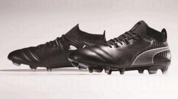 Cette image montre les chaussures de foot noires et blanches Puma ONE 2017/ 2018.