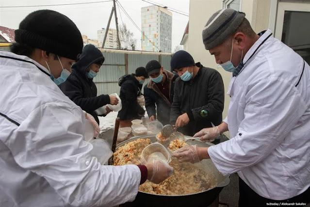 «Зарплата — это одно, так благодарить — совсем другое». Узбеки готовят плов для врачей, которые борются с коронавирусом