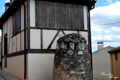 En la imagen junto a un bello edificio, una antigua chimenea de ventilación de una bodega, de las muchas que existen excavadas bajo el cerro del castillo y en la parte alta de la villa, como esta.