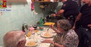 Αστυνομικοί βρήκαν ζευγάρι ηλικιωμένων να κλαίνε στο σπίτι τους και τους μαγείρεψαν μακαρονάδα
