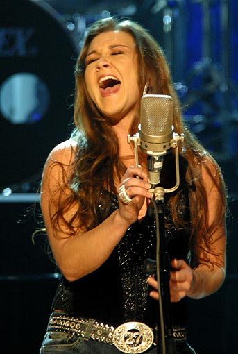 Foto de Gretchen Wilson cantando en el escenario