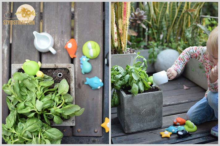 DIY riego por goteo kidsfriendly para hacer con chicos con juguetes de Casa Ideas. Hija regando.
