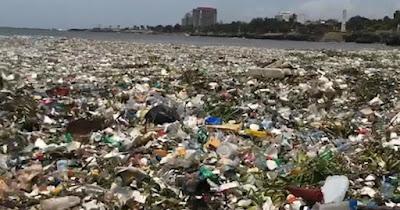 Le onde piene di plastica in questa spiaggia dominicana il mare è sparito
