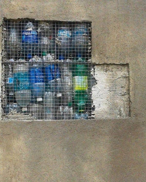 pueblo construido con botellas de plástico