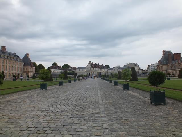 la entrada principal al palacio de Fontainebleau