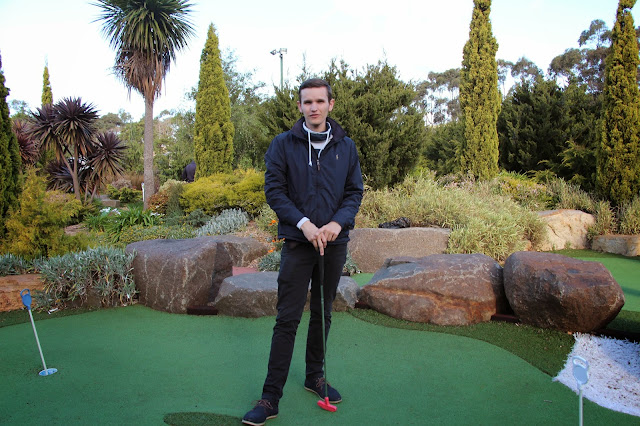 lila golfball mit namen drauf