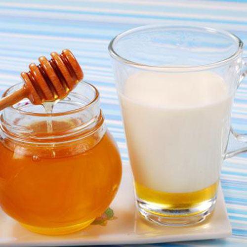 Cô gái cải thiện làn da trong 10 ngày bằng mật ong, sữa chua