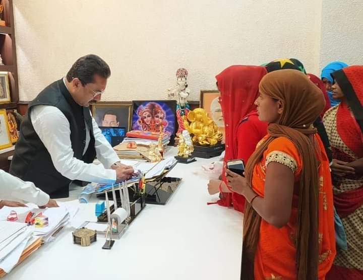 Vidhayak Chayal Ne Apne Kendriye Karyalay Me Ki Jansunwai Kaushambi Uttar Pradesh News Vision